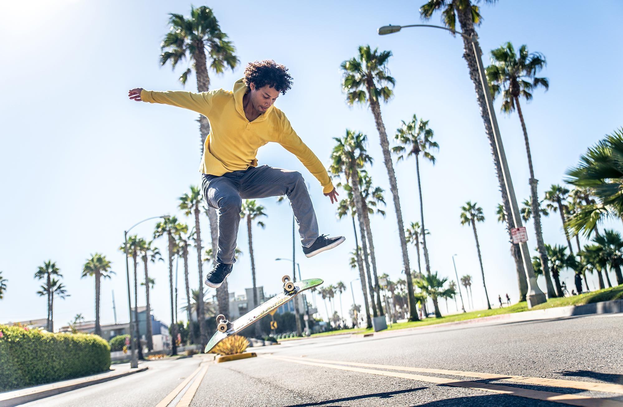 Skateboarding: die mythischen Marken. Mann übt Skateboardfahren