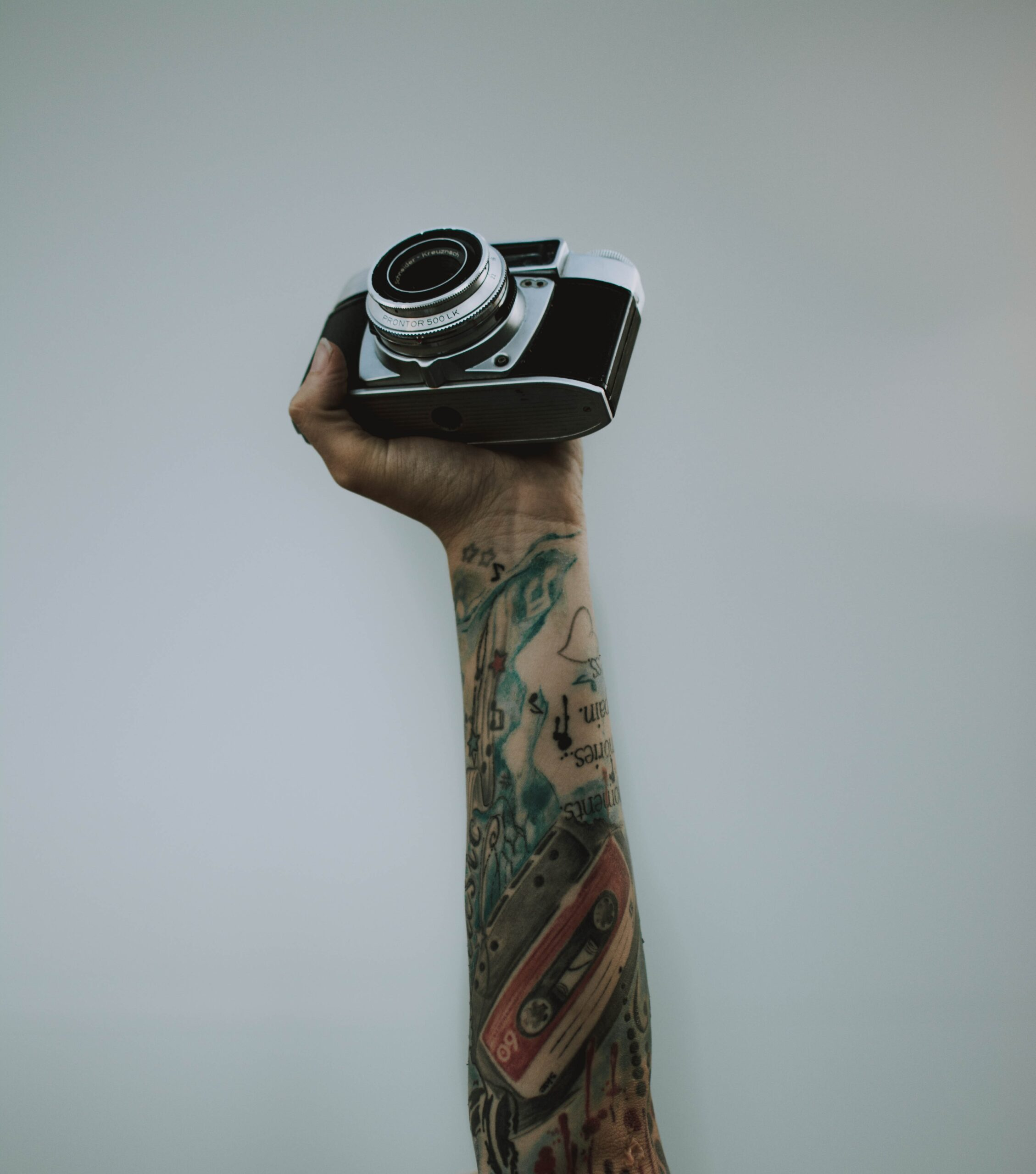 Netflix-Fotodokumentationen, die du dir unbedingt ansehen musst. Eine Hand, die eine Fotokamera hält.