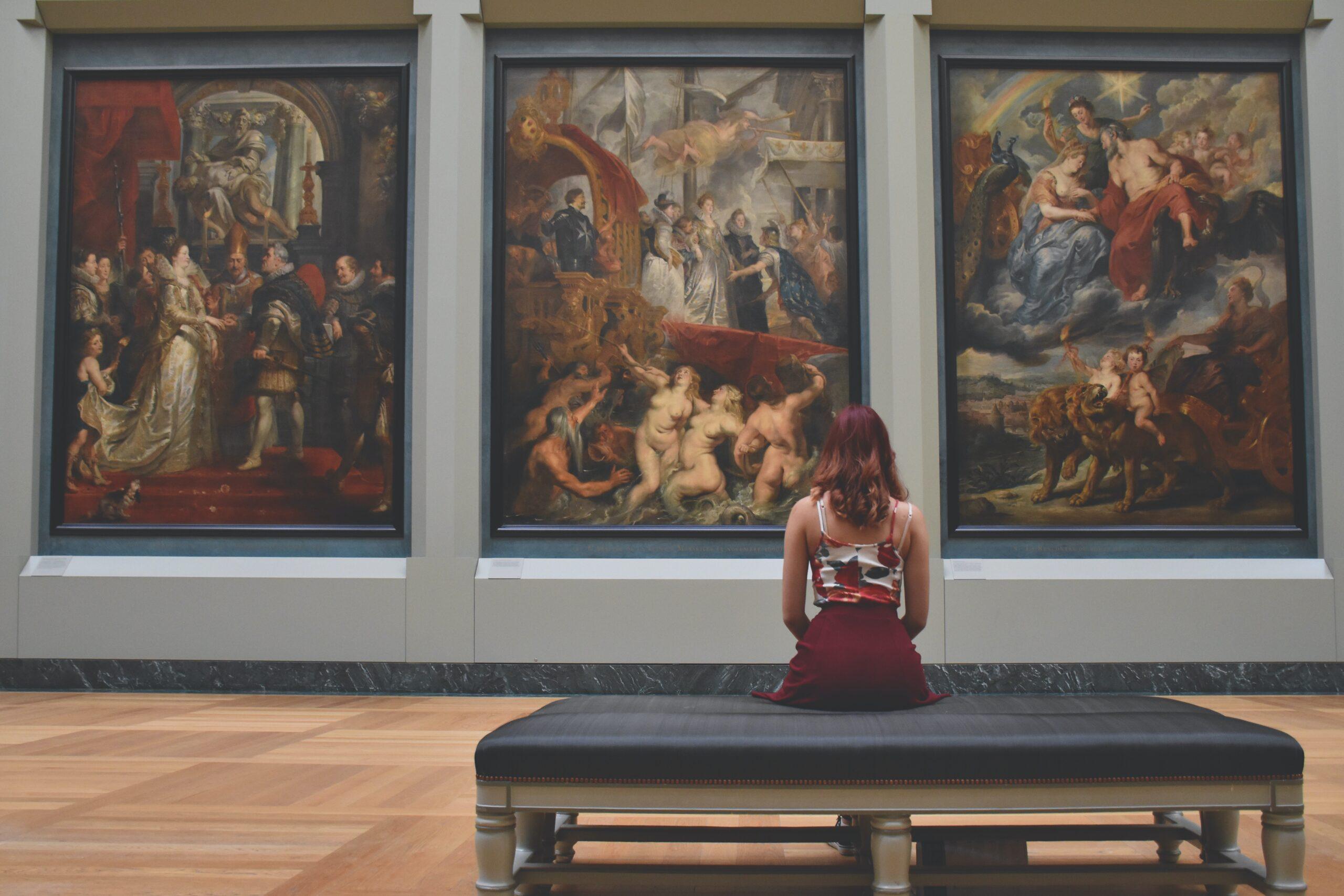 Virtuelle Museumsführungen, die Sie nicht verpassen dürfen. Frau in einem Museum.