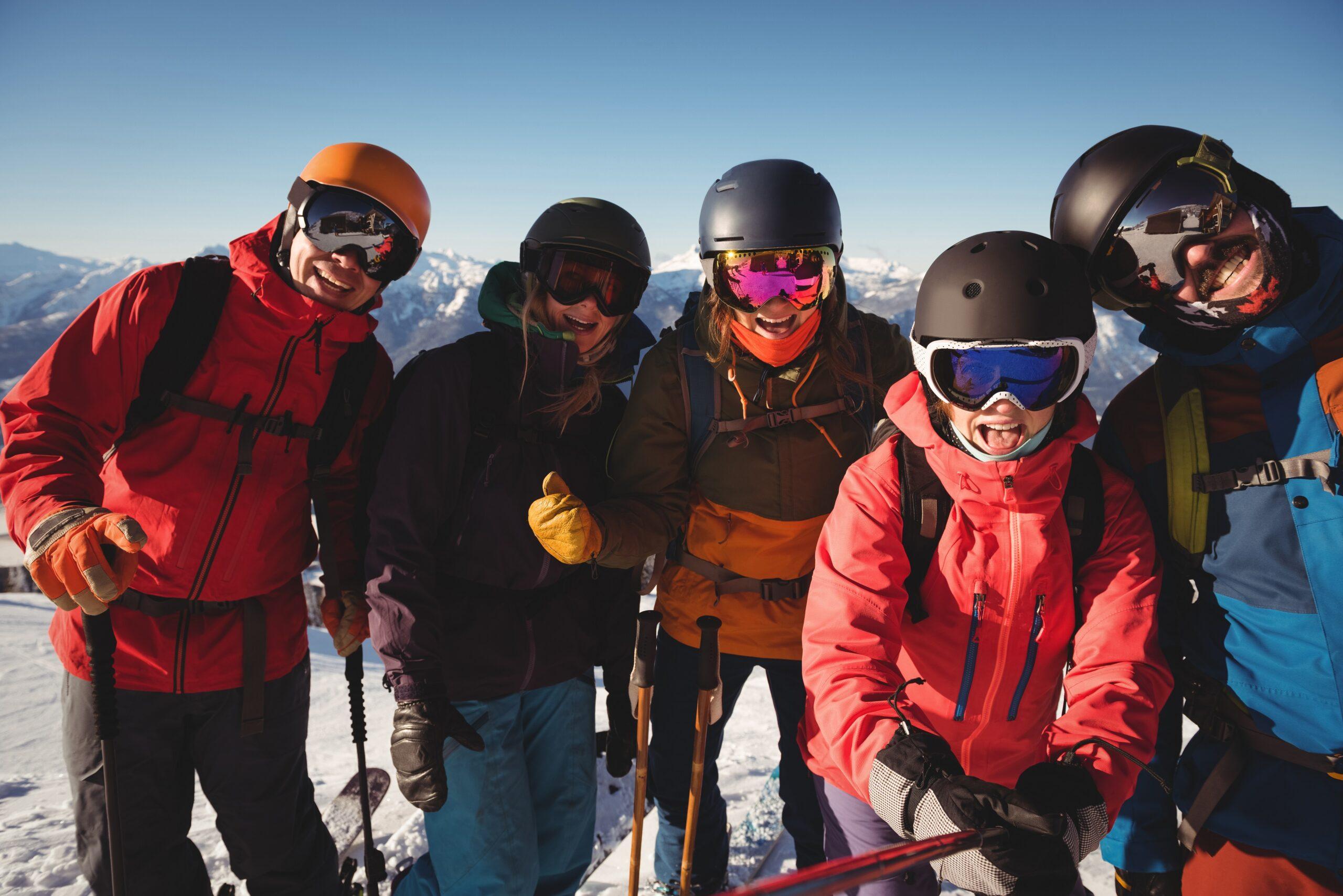 Ski-Anfänger: Skifahren soll auch Spaß machen. Freunde haben Spaß beim Skifahren.
