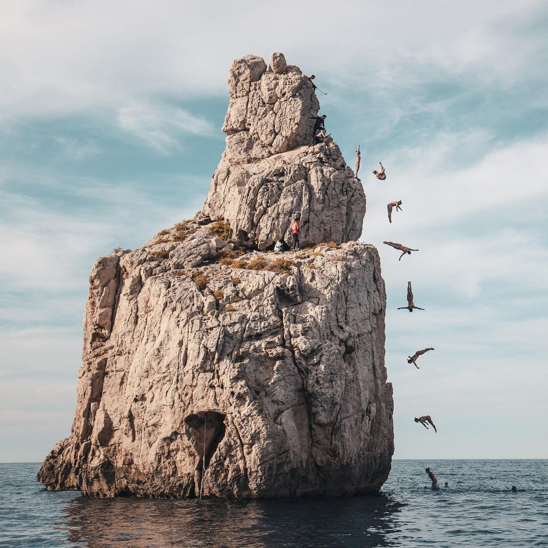 What is Cliff Diving? Heights and records. Picture composition to show a woman doing cliff diving.