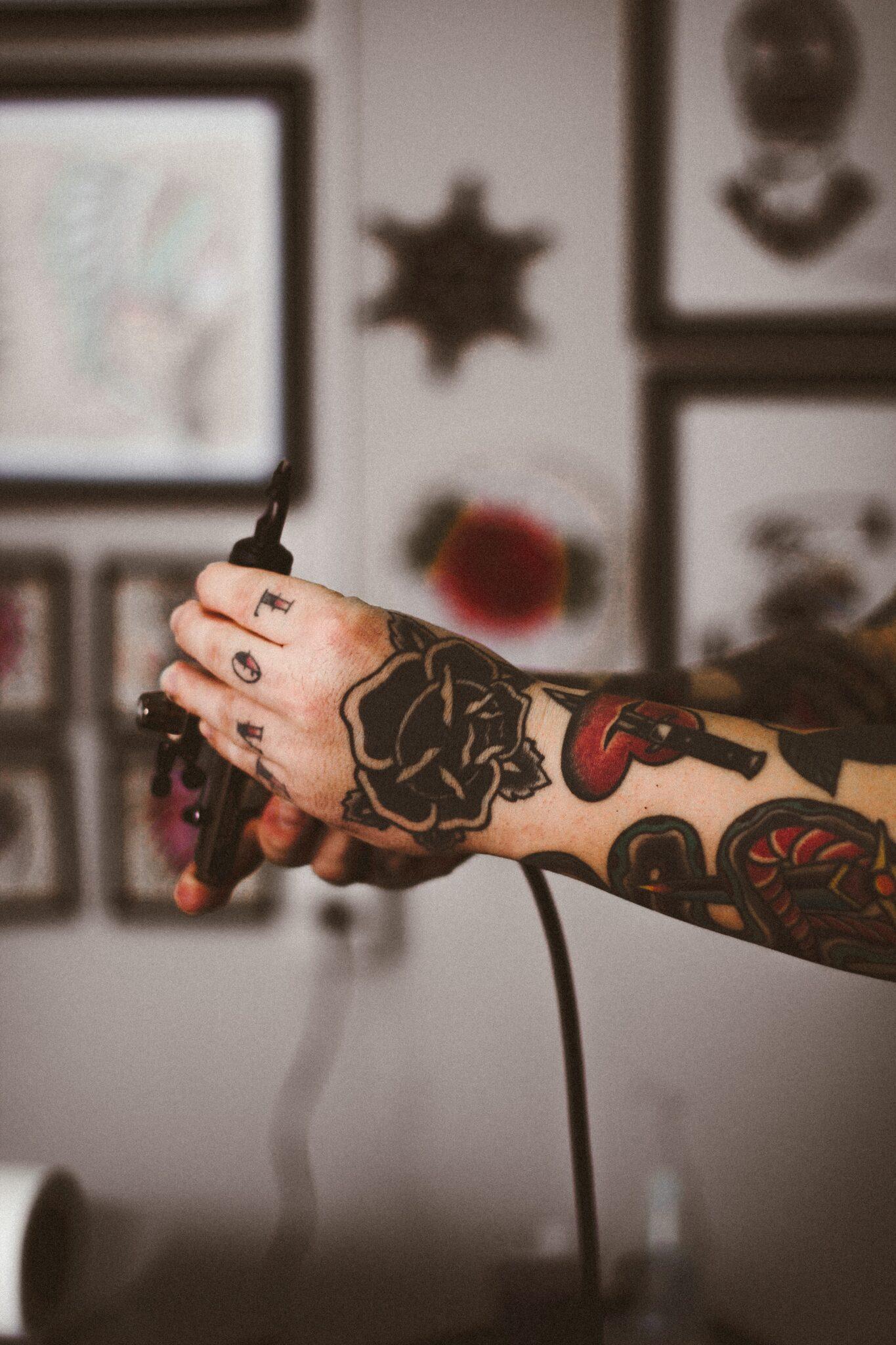 A tattooist working. Discover the best tattoo artists.
