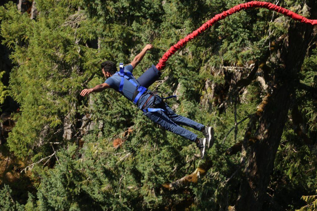 Bungee Jumping ist ein Extremsport, bei dem man den Nervenkitzel des freien Falls spürt.