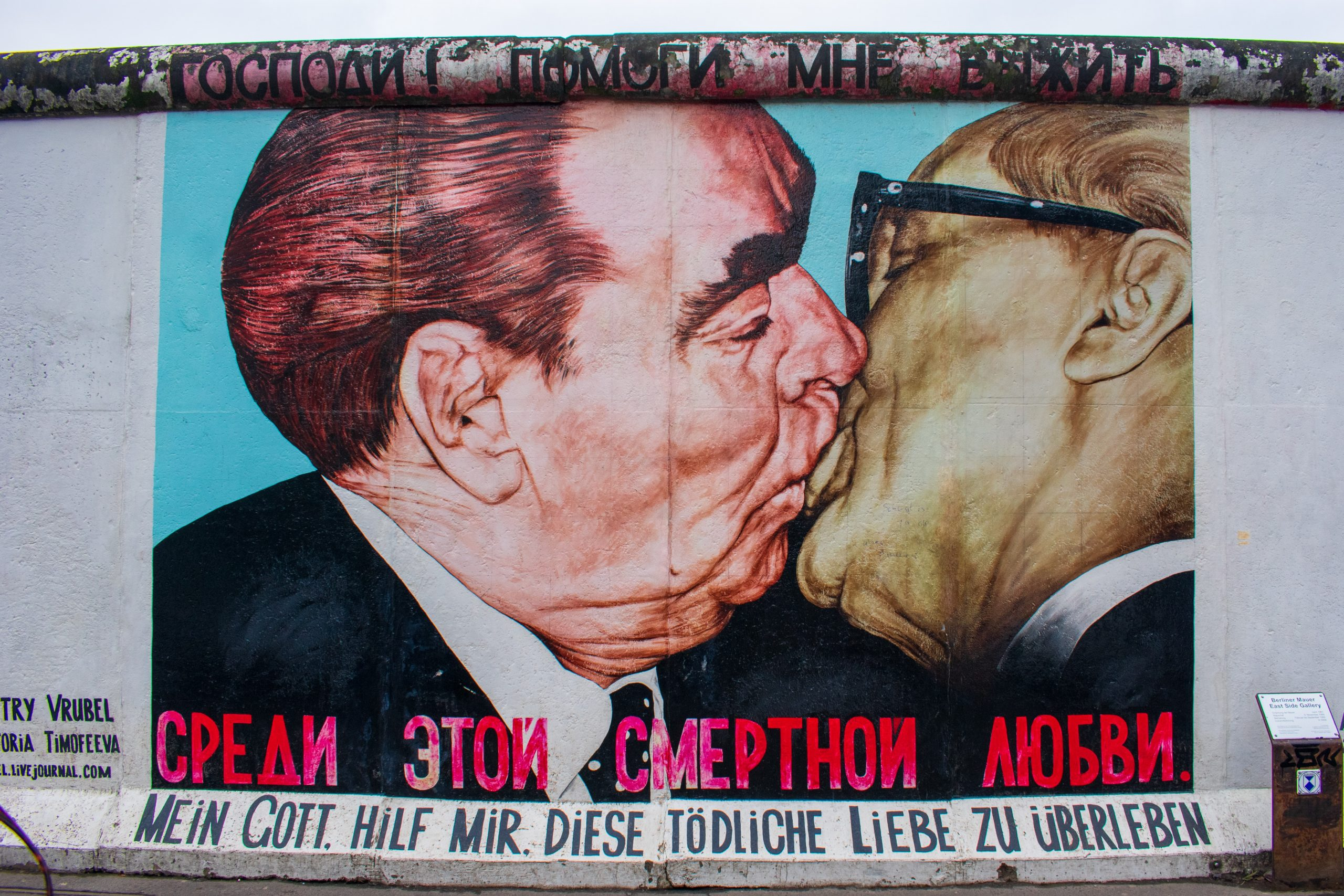 East Side Gallery Berlin, wo Sie einen der berühmtesten Küsse der Welt finden.