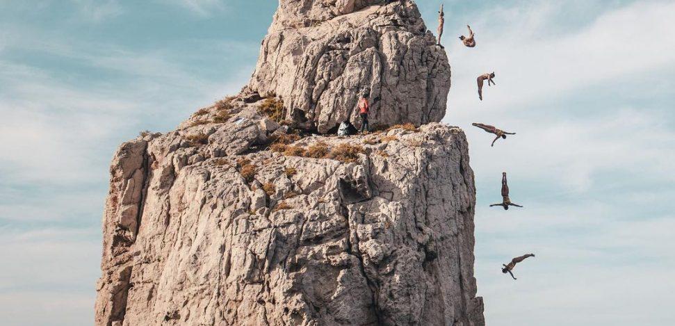 Was ist Cliff Diving? Höhen und Rekorde. Bildkomposition, die eine Frau beim Klippenspringen zeigt.