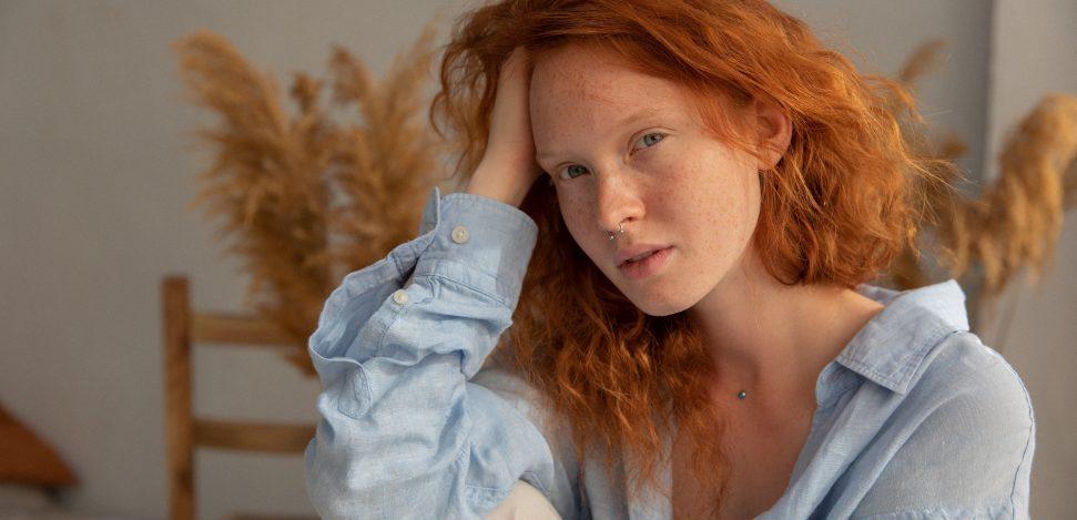 Dermal-Piercing: junge Frau mit einem Dermal-Piercing im Nacken.
